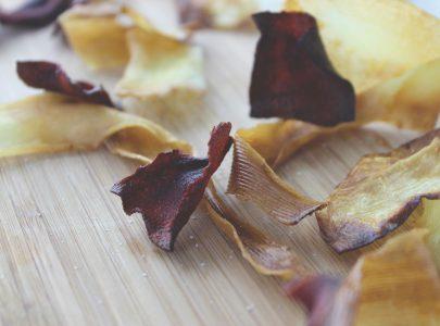 Chips van knolselder, rode biet en pastinaak